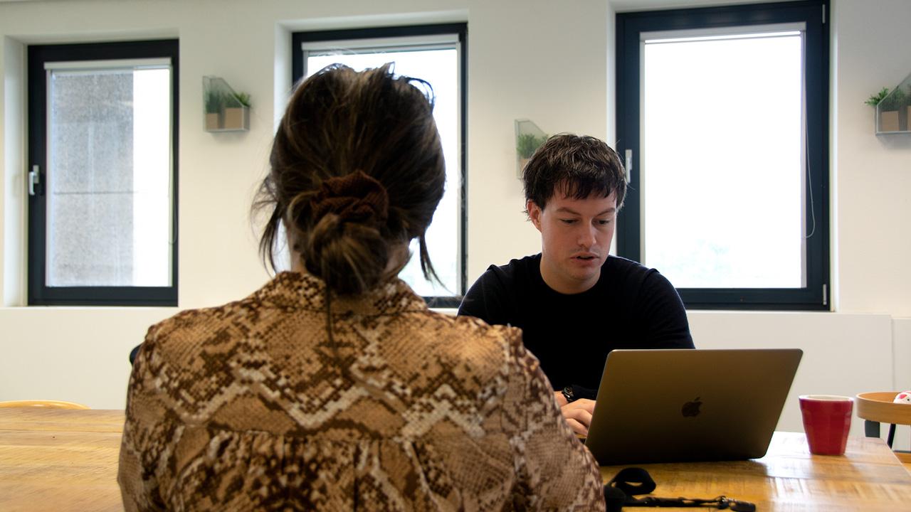 Twee mensen aan het werk in kantoorsetting