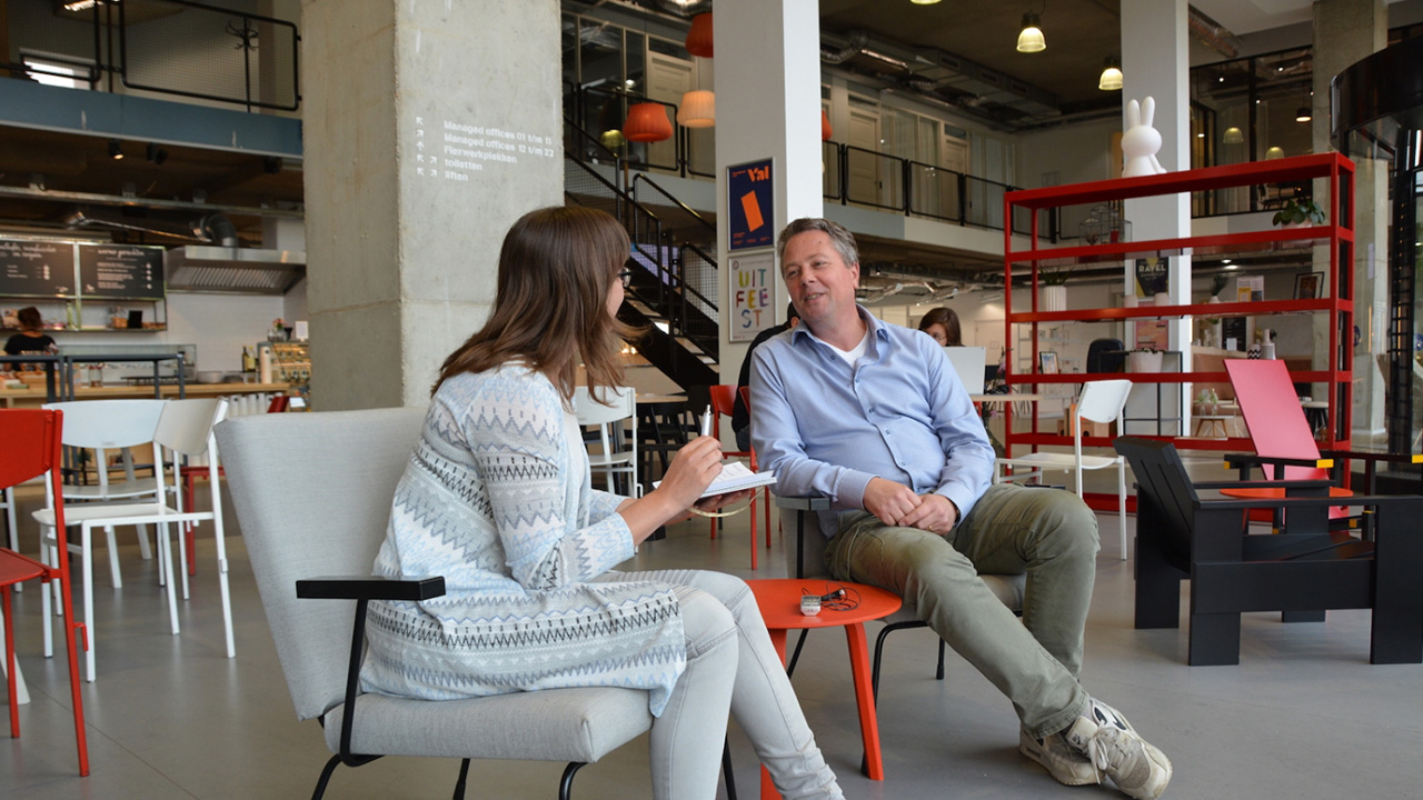 Sjoerd van der Stok wordt zittend op een stoel geïnterviewd